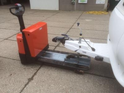 hulpstuk voor caravan mover. deze kan op de lepels van een verrijdbare pompwagen worden gezet, en kan u er makkelijk me manouvreren en rijden in de caravanstalling