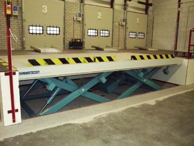 dubbel naast elkaar geplaatse heftafels voor laaddock © Sluysmachines.nl