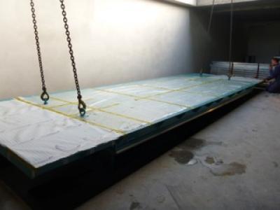 Autolift met een dubbel dek waar ook een auto op geparkeerd kan worden