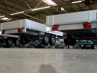 72 heftafels is een assemblage hal voor aanhangwagens © Sluysmachines.nl