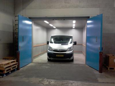 autolift met cabine en vaste schacht met openslaande deuren