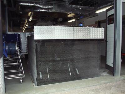 autolift met oprij kleppen t.b.v. lossen van een vrachtauto